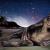Photomontage kitch avec la galaxie, une plage et un singe, réaliste et bizarre